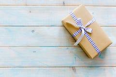 Rzemiosło prezenta papierowy pudełko z łękiem zdjęcia stock