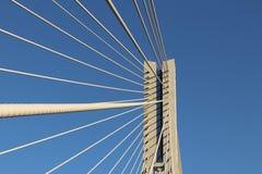 Rzeszow, Польша - 9 9 2018: Приостанавливанный мост дороги через реку Wislok Структура конструкции металла технологическая Соврем стоковое фото