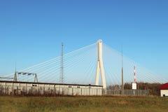 Rzeszow, Polônia - 9 9 2018: Ponte suspendida da estrada através do rio de Wislok Estrutura tecnologico da construção do metal Ar fotos de stock