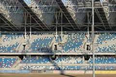 Rzeszow, Polônia - 9 9 2018: Suportes multiníveis de um estádio dos esportes sob um dossel Projeto e construção de complexos dos  fotografia de stock