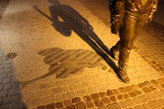 Rzeszow, Polen - Monument aan Tadeusz Nalepa in het licht van de avondstad royalty-vrije stock foto's