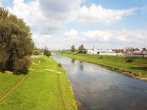 Rzeszow, Polen: stadspromenade Wislockrivier op een de zomer zonnige dag Park voor lopende burgers met een renbaan Gang in openlu royalty-vrije stock afbeelding