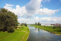 Rzeszow, Polen: stadspromenade Wislockrivier op een de zomer zonnige dag Park voor lopende burgers met een renbaan Gang in openlu stock foto's