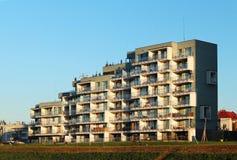 Rzeszow, Polonia - 8 ottobre 2018: Costruzione di appartamento residenziale moderna nel tramonto uguagliante Urbanizzazione e cos fotografia stock