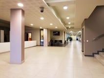 Rzeszow, Polonia - puede 30 2018: Interior de un edificio moderno La recepción del hotel Concepto estrictamente continuo de diseñ imagenes de archivo