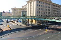 Rzeszow, Polonia - puente peatonal de cristal redondo sobre el camino imagen de archivo libre de regalías