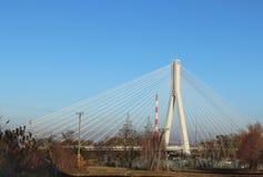 Rzeszow, Polonia - 9 9 2018: Puente suspendido del camino a través del río de Wislok Estructura tecnológica de la construcción me imagenes de archivo