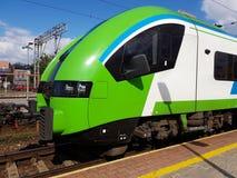 Rzeszowski, Polska - 9 7 2018: Nowożytni kolejowi pociągów pasażerskich stojaki na platformie Subcarpathian kolej Europejczyka pr zdjęcia royalty free