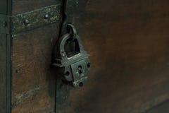 Rzetelny metalu k?dziorek stary projekt blokuje rygiel antykwarska drewniana klatka piersiowa, w g?r?, blask ksi??yca obrazy royalty free