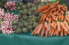 Rzodkwie, karczochy i marchewki na rynku Fotografia Stock