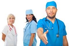 Ärzteteamleutehändedruck Stockfotos