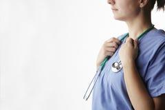 Ärztin mit Stethoskop geernteter Atelieraufnahme Stockbilder