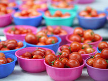 rzucać kulą czereśniowych pomidory Fotografia Royalty Free