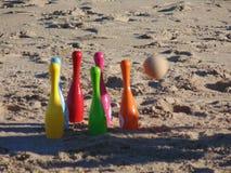 Rzucać kulą na plaży przed wpływem fotografia stock