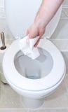 Rzucać toaletowej tkanki puszek w toaletę fotografia royalty free
