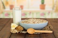 Rzuca kulą oatmeal, aglass doją i wzrastali przeciw kuchni, łyżka obraz stock