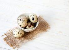 Rzuca kulą z świeżymi przepiórek jajkami na drewnianym tle Obrazy Stock