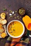 Rzuca kulą z diety jesieni bani kremową polewką słuzyć z ziarnami i crouton na kamiennym stołowym odgórnym widoku zdjęcia stock