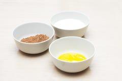 Rzuca kulą z domowymi jajkami, rzuca kulą z, kakao i pucharem z mlekiem, produkt fotografia Obrazy Stock