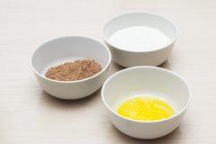 Rzuca kulą z domowymi jajkami, rzuca kulą z, kakao i pucharem z mlekiem, produkt fotografia Obraz Royalty Free