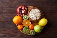 Rzuca kulą z oatmeal płatkami słuzyć z owoc na drewnianej tacy drewnianym tle, mieszkanie nieatutowy, selekcyjna ostrość zdjęcia stock