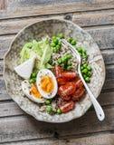 Rzuca kulą z quinoa, jajko, avocado, pomidor, zielony groch Zdrowej diety jedzenia pojęcie Odgórny widok Zdjęcia Stock