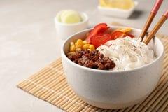 Rzuca kulą z ryżowymi kluskami, mięsem i warzywami, obraz royalty free