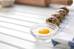 Rzuca kulą z yolk i przepiórki jajkami na kuchennym stole Piekarnia warsztat zdjęcia stock