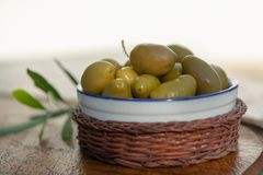 Rzuca kulą z zielonymi oliwkami słuzyć jako przekąska plenerowa w drzewa oliwnego gar Zdjęcie Royalty Free