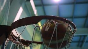 Rzuca piłkę w koszykówka pierścionek przeciw tłu reflektory swobodny ruch zdjęcie wideo