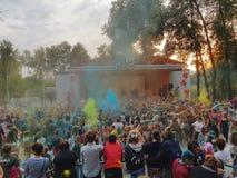 Rzucający kolor przy festiwalem kwitnąć Holi Rosja, Moskwa, Wrzesień 2017 obraz royalty free