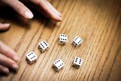 Rzucający sześć kostka do gry i dostawać perfect wynika! Zdjęcie Stock