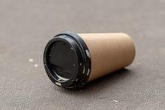 Rzucający zmielony rozporządzalny filiżanka kawy obrazy stock