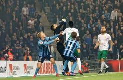 Rzutu wolnego chaos przy Szwedzkiej piłki nożnej filiżanki kwartalnymi finałami między Djurgarden vs Hammarby obraz stock