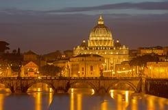 Rzym - aniołów mosty i St Peters bazylika w wieczór Obrazy Royalty Free