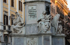 Rzym - Biblijne statuy przy bazą Colonna dell ` Imacolata Obrazy Royalty Free