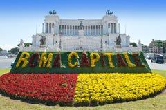 Rzym. Piazza della Republica. Łóżko z tekstem Rzym - kapitał przed zabytkiem dla zwycięzcy Emenuel II Fotografia Royalty Free