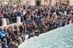 Rzym, turyści odwiedza Trevi fontannę Zdjęcie Stock