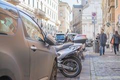 Rzym Włochy, Luty, - 16, 2015: ludzie chodzi na ściennej ulicie z europejskim budynkiem projektują w Rome Italy zdjęcia royalty free