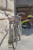 Rzym Włochy, Luty, - 16, 2015: Stary rower przeciw ścianie w domu obraz stock