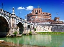 Rzym. Włochy. Castel Sant Angelo przeciw niebieskiemu niebu obrazy royalty free