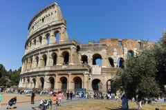 RZYM WŁOCHY, CZERWIEC, - 23, 2017: Ludzie przed Colosseum w mieście Rzym Fotografia Stock