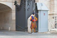 Rzym WŁOCHY, CZERWIEC, - 01: Watykański Szwajcarski strażnik w Watykan, Rzym, Włochy na Czerwu 01, 2016 Obrazy Royalty Free