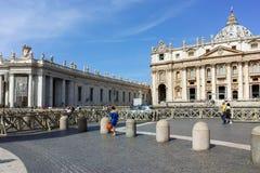 RZYM WŁOCHY, CZERWIEC, - 23, 2017: Zadziwiający widok świętego Peter ` s St Peter i kwadrata ` s bazylika w Rzym Zdjęcie Royalty Free