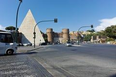 RZYM WŁOCHY, CZERWIEC, - 22, 2017: Zadziwiający widok ostrosłup Caius Cestius i Porta St Paolo w mieście Rzym Zdjęcie Stock