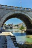 RZYM WŁOCHY, CZERWIEC, - 22, 2017: Zadziwiający widok St Angelo most i Tiber rzeka w mieście Rzym Zdjęcie Royalty Free