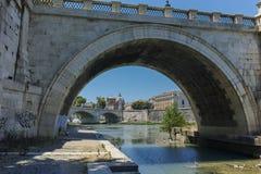 RZYM WŁOCHY, CZERWIEC, - 22, 2017: Zadziwiający widok St Angelo most i Tiber rzeka w mieście Rzym Fotografia Royalty Free