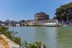 RZYM WŁOCHY, CZERWIEC, - 22, 2017: Zadziwiający widok St Angelo most Tiber rzeka i kasztelu st Angelo w mieście Rzym, Zdjęcie Stock