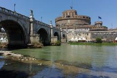 RZYM WŁOCHY, CZERWIEC, - 22, 2017: Zadziwiający widok St Angelo most Tiber rzeka i kasztelu st Angelo w mieście Rzym, Fotografia Royalty Free