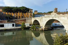 RZYM WŁOCHY, CZERWIEC, - 22, 2017: Zadziwiający widok Tiber rzeka Cestius w mieście Rzym i Pons Obrazy Royalty Free